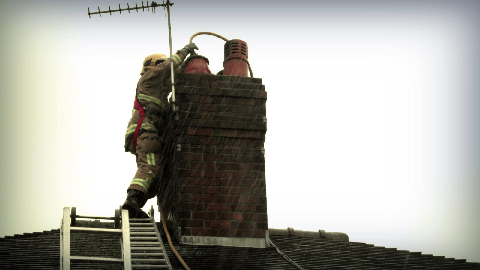 pozar-dimnjaka-gasenje-i-opasnosti-vatrogasci-sveta-klara